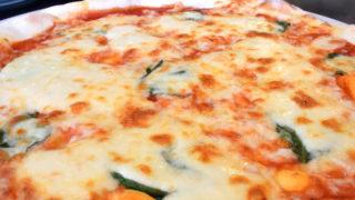 風音(ふうね)で食べる、パリッと焼きあがった石窯焼きのピザ|三豊市