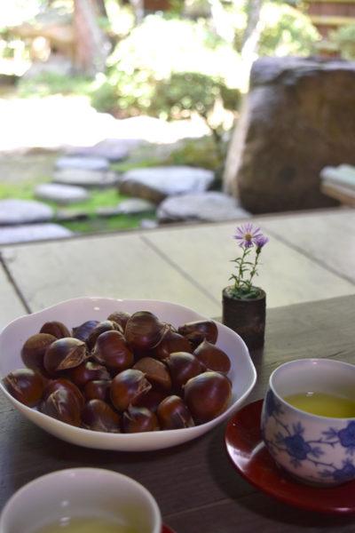 最明寺でのお接待。お茶と茹で栗